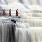 Монахи на водопаде Pongour, Вьетнам