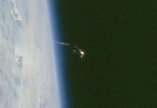 Золотой НЛО 2013 года на орбите Земли