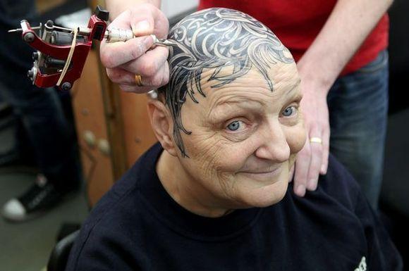 Бабушка с татуировками