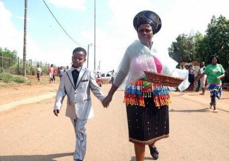 8 летний Санеле Масилела и 60 летняя жена