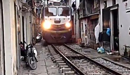 Вьетнам, Поезд в переулке