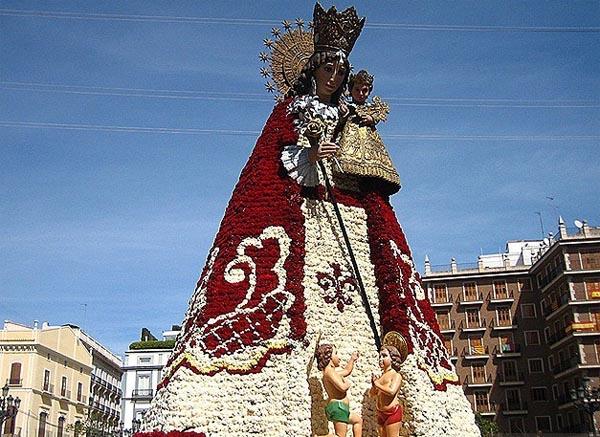 Испания, статуя из цветов