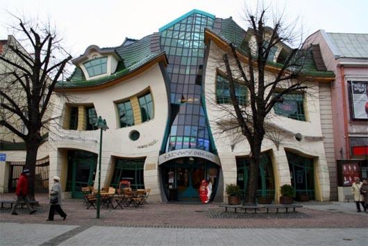 удивительные строения, кривой дом